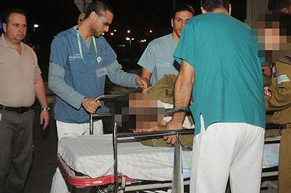 פינוי אחד החיילים שנפצעו לבית חולים סורוקה (צילום: הרצל יוסף)
