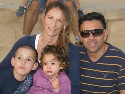 הבעל התייצב לטיפול בילדים. אמור ומשפחתה לפני פרוץ המחלה