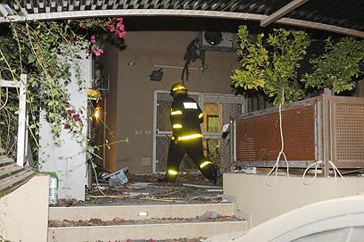 פגיעה ישירה בבית בבאר שבע, הערב (צילום: הרצל יוסף)