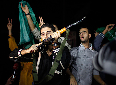 """תומכי חמאס חוגגים """"ניצחון"""" בעזה (רויטרס)"""