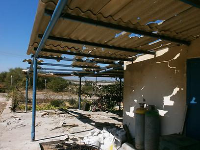גג אסבסט שנפגע במפעל פרי אור באשקלון (צילום: יעל רביבו)