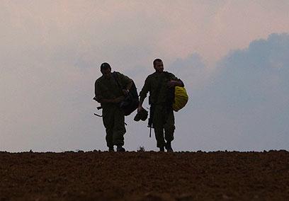 צועדים לעבר השקיעה. המילואימניקים חוזרים הביתה (צילום: רויטרס)