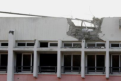 הפגיעה בבית הספר. הרקטה לא התפוצצה (צילום: אליעד לוי)