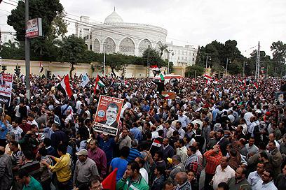 אנשי מורסי הוציעו אלפים לרחובות (צילום: AP)