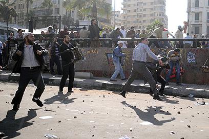 מתפרעים בכיכר תחריר בצהריים (צילום: AFP)