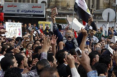 חזרה לכיכר תחריר. מפגינים נגד מורסי (צילום: רויטרס)