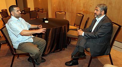 המנהיג המדיני עם ראש הזרוע הצבאית. משעל וג'עברי ב-2011 (צילום: EPA)