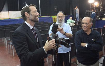 משה פייגלין ממתין לתוצאות (צילום: מוטי קמחי )