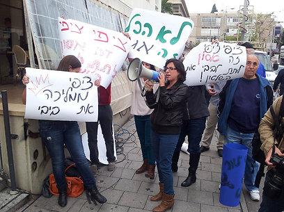 מפגינים מחוץ למסיבת העיתונאים (צילום: מוטי קמחי)