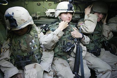 """עיני החיילת """"נפקחו"""". חיילות אמריקניות בעיראק (צילום: AFP)"""