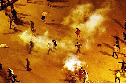 גז מדמיע על המפגינים (צילום: EPA)