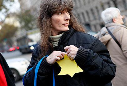 מפגינה עונדת טלאי צהוב (צילום: רויטרס)