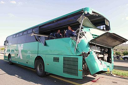אנשי הצלה בתוך האוטובוס שנפגע (צילום: עידו ארז)