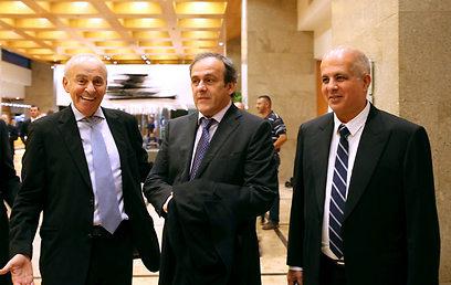 """נשיא אופ""""א, מישל פלאטיני, לצד אבי לוזון ומוטל'ה שפיגלר (צילום: ראובן שוורץ)"""