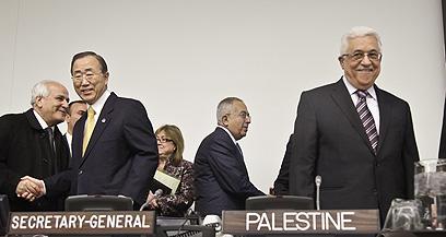 """מזכ""""ל האו""""ם באן (משמאל), ומימינו אבו מאזן (צילום: AP)"""