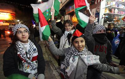ילדים פלסטינים חוגגים ברמאללה, הערב (צילום: גיל יוחנן)