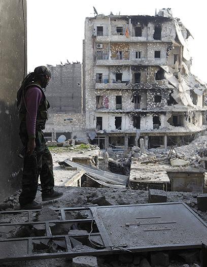 לוחם בצבא סוריה החופשי בחלב (צילום: רויטרס)