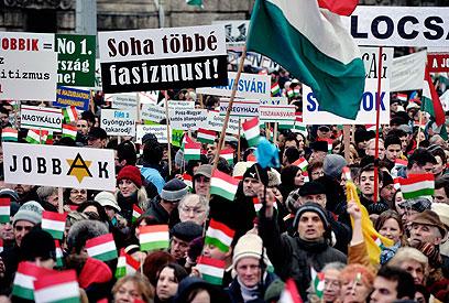 """ההפגנה בבודפשט: """"פשיזם - לעולם לא עוד"""" (צילום: EPA)"""