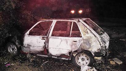 """מכונית שהוצתה בדהרייה (צילום: דוברות מחוז ש""""י)"""