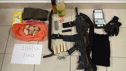 """אמצעי הלחימה שנתפסו ברשות החשודים (צילום: דוברות מחוז ש""""י)"""
