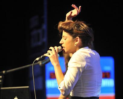אפרת גוש בהופעתה בהצגת התוכנית הכלכלית של יחימוביץ' (צילום: אבי רוקח)
