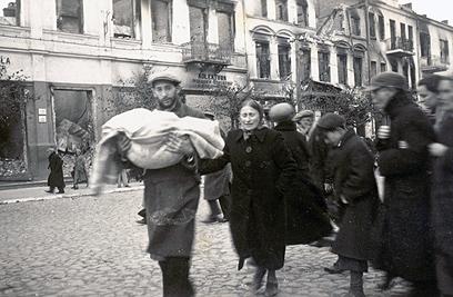 הלוויית ילד יהודי. 1941. עיירה קטנה בפולין, שלא היה בה גוף שטיפל בסידורי קבורה. החיילים נקלעו למסע לוויה מאולתר שנערך על ידי משפחתו של ילד קטן
