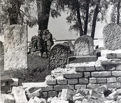 חיילים גרמנים מחריבים בית קברות באזור ז'שוב. לעיתים ניצלו הגרמנים את המצבות כחומרי בנייה, כפי שאפשר ללמוד מהמסמכים ומהתמונות שמצאתי. לעיתים שחררו מכרזים לקבלנים פולנים שיחריבו את המצבות כדי שיוכלו להשתמש בשיש ובאבן