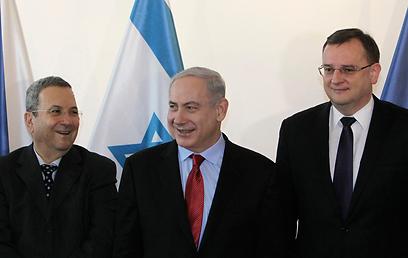 נתניהו וברק עם ראש ממשלת צ'כיה, אתמול (צילום: רויטרס)