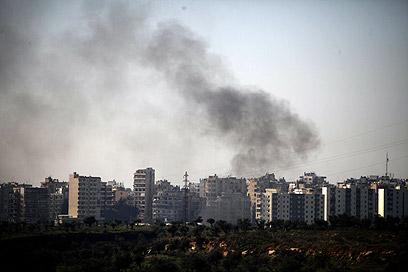 עשן מיתמר מטריפולי בלבנון, באחד מסבבי העימות האחרונים (צילום: AFP)