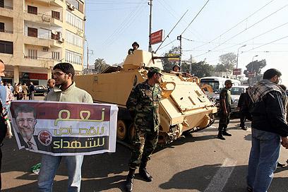 טנק מחוץ לארמון (צילום: EPA)