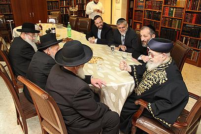 הרב עובדיה עם מנהיגי המפלגה וחכמי התורה (צילום: יעקב כהן)
