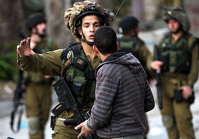 """עימות ראשון עם שוטרים פלסטיניים מאז ההחלטה באו""""ם (צילום: EPA)"""