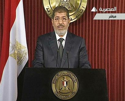 """מורסי, הערב. הציע להתפשר על סעיף שלא היה מרכזי עבור המפגינים (צילום: AFP PHOTO / EGYPTIAN TV"""")"""