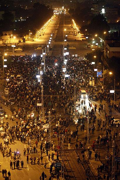 טנקים שומרים על ארמון הנשיאות מול המפגינים, הערב (צילום: AFP)