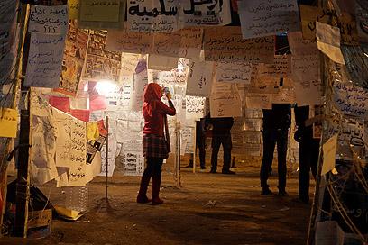 שלטי מחאה ממלאים את כיכר א-תחריר  (צילום: AFP)