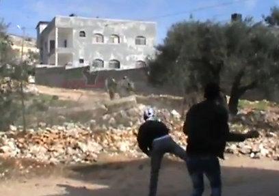 מיידים אבנים לעבר חיילים בכפר קדום