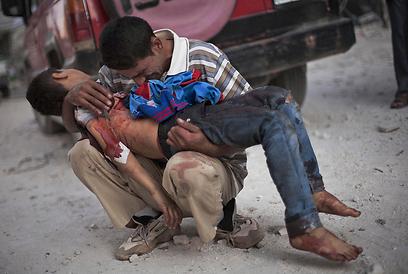"""ילד שנהרג בלחימה בחלב. """"אף צד לא ינצח"""", אמר לברוב (צילום: AP)"""