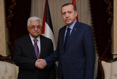 ראש ממשלת טורקיה עם אבו מאזן. הסגר על עזה יימשך (צילום: רויטרס)