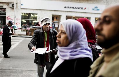 מתנגדי החוקה מעודדים אזרחים להצביע (צילום: AFP)