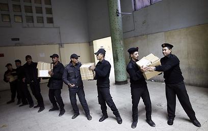 אנשי ביטחון מצרים עם מתכוננים להצבעה (צילום: AFP)