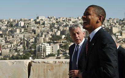 הייגל מתלווה לאובמה. ההתנגדות למלחמה בעיראק חיברה ביניהם (צילום: רויטרס)