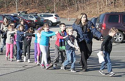 אתמול: הילדים הוצאו מבית הספר (צילום: EPA)