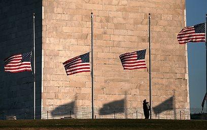 הדגלים הורדו לחצי התורן לאחר הטבח בקונטיקט                  (צילום: AFP)
