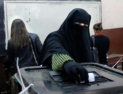 מצביעה במצרים. בעלה יצליח לזהות אותה? (צילום: AP)