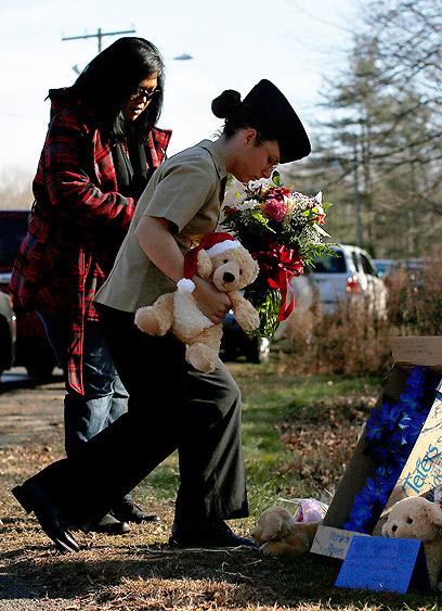 חולקים כבוד לנרצחים (צילום: רויטרס)