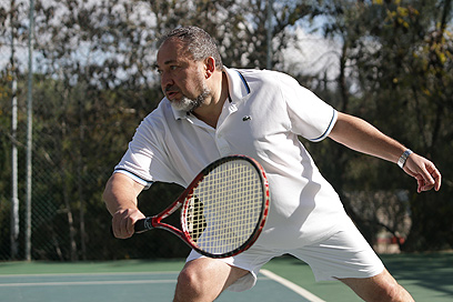 שר החוץ ליברמן משחק טניס בסוף השבוע (צילום: אלכס קולומויסקי)