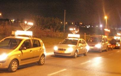 """210 כלי רכב מפיצי אור, שעלותם הכוללת כ-120 אלף שקלים (צילום: באיבות צעירי חב""""ד)"""