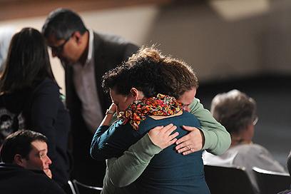 הקהל בטקס הזיכרון בניוטאון (צילום: EPA)