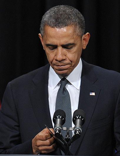 """""""נעשה הכל כדי שהטרגדיה לא תישנה"""". אובמה הלילה בניוטאון (צילום: AFP)"""