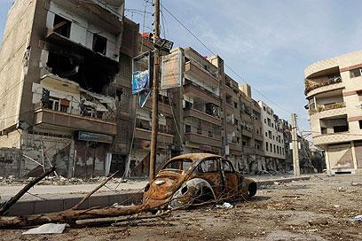הלחימה נמשכת. שכונת מגורים אחרי הפצצה של צבא אסד (צילום: רויטרס)